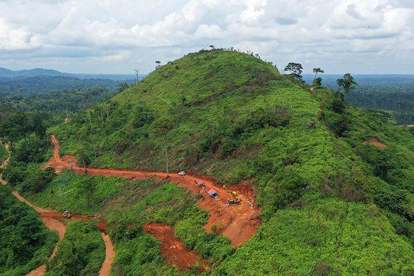 Drilling of hole LAD00015 on flank of Adumbi deposit